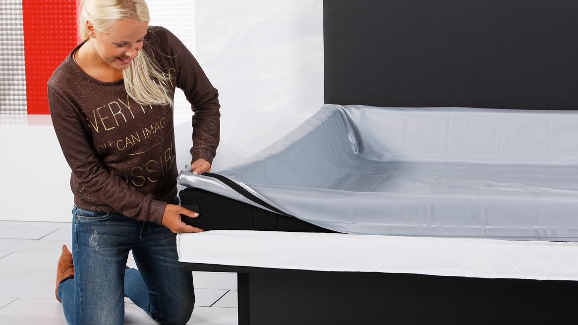 Wasserbett Luxus Pro Sicherheitsfolie um den Schaumstoffrahmen legen