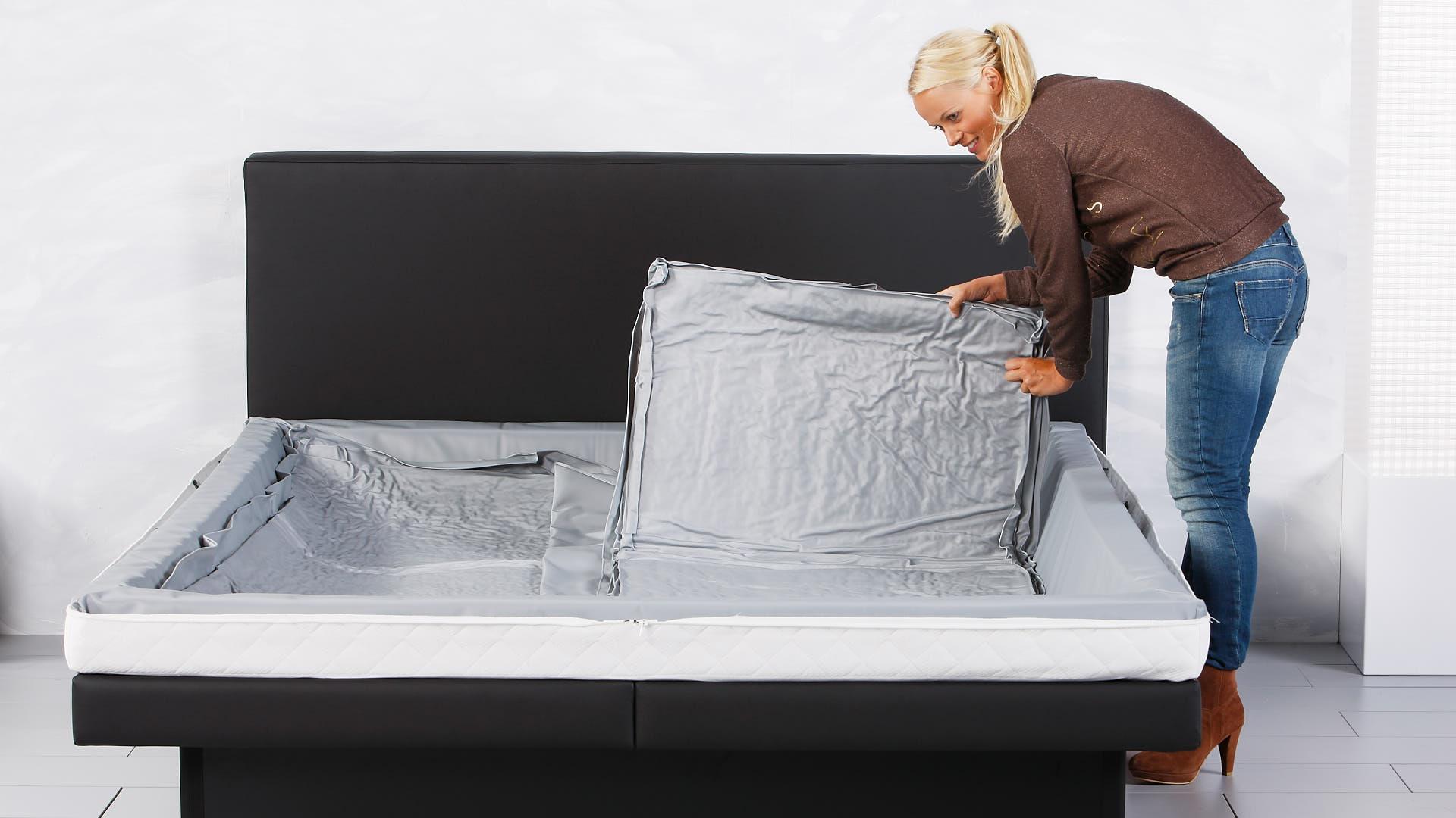 Wasserbettmatratze rechte Hälfte einlegen
